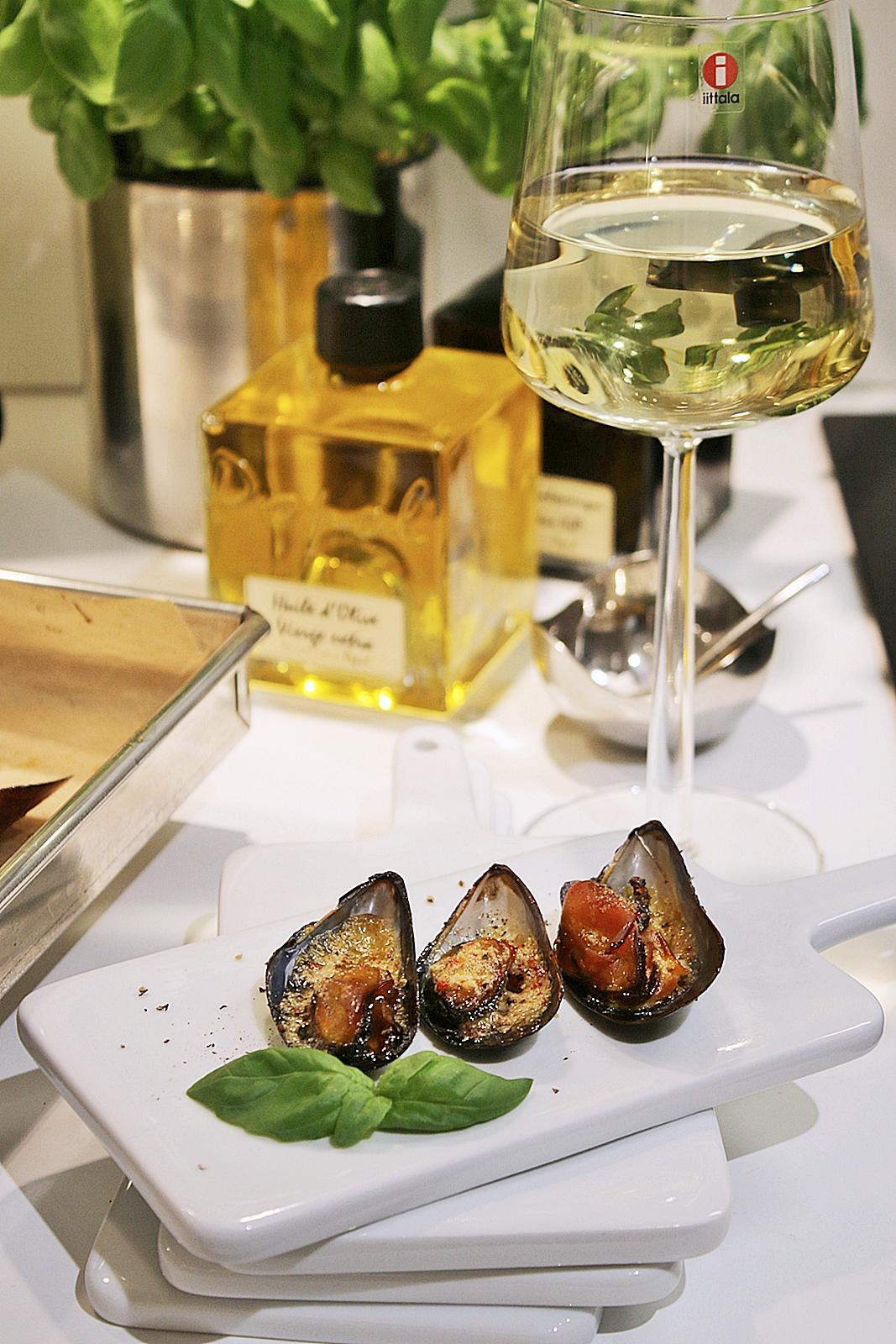 Gratinerade och rökta blåmusslor med ett glas gott Chardonnay vin