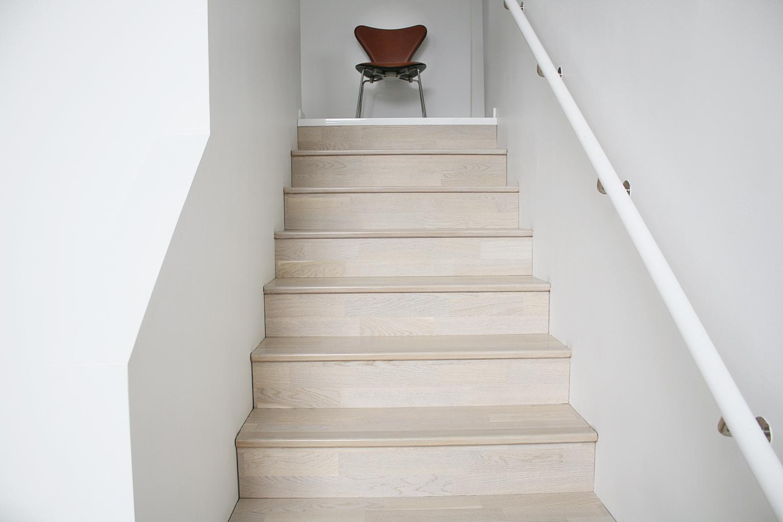 Nu är trappan färdigbetsad