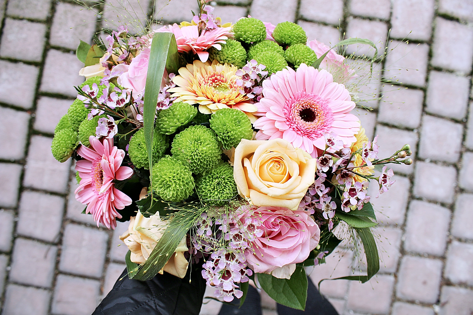 En bättre helg med vårig blomsterbukett