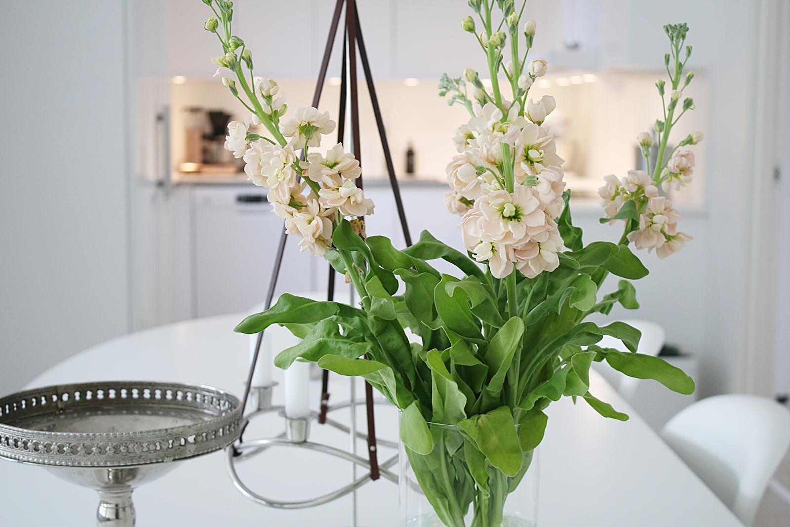 Nudefärgade blommor i köket