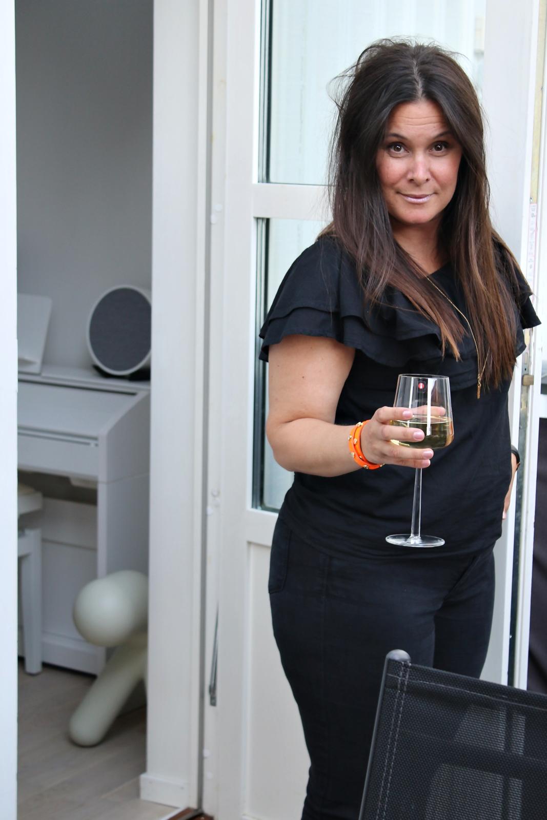 Ostbricka och vin på en solig terrass igår kväll