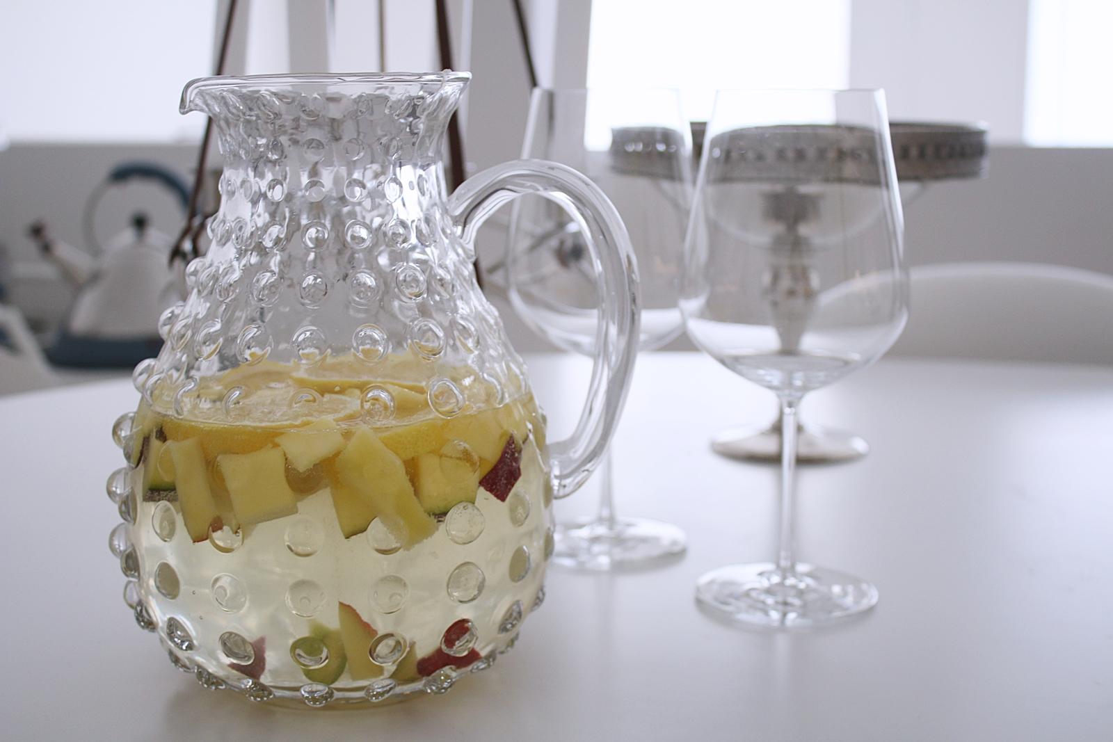 Vit sangria är sommarbålen hemma hos oss