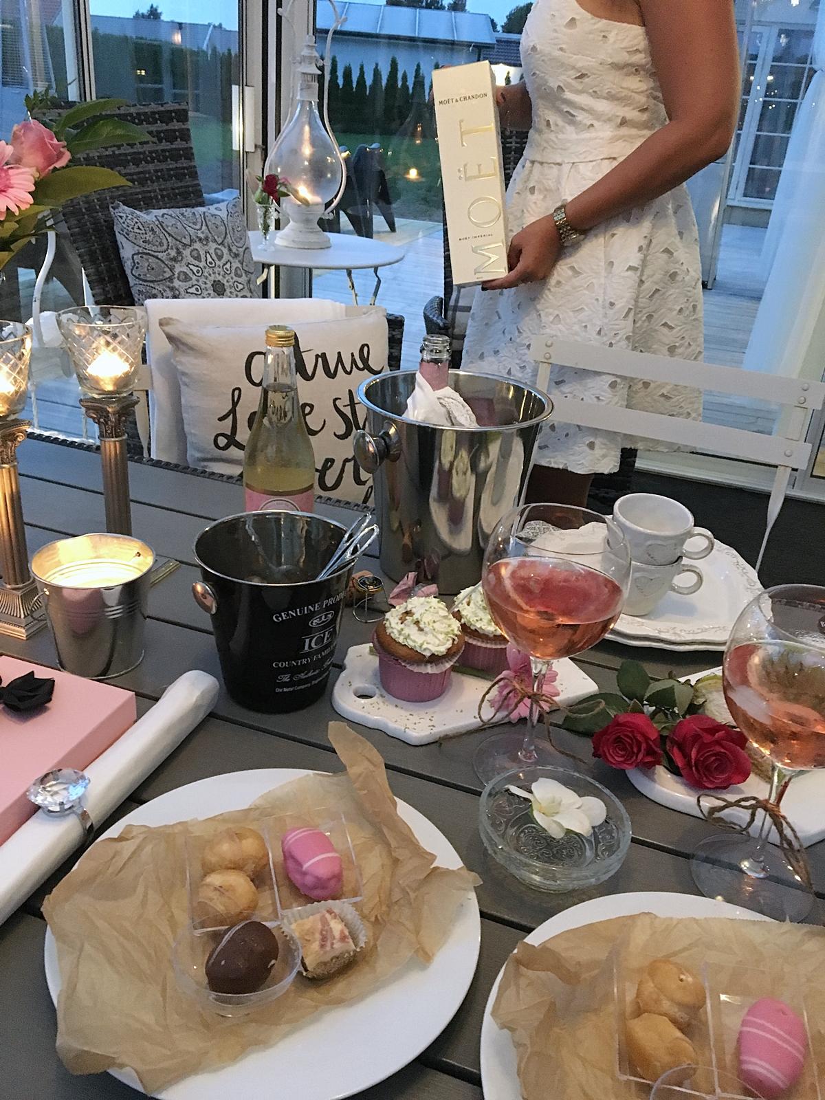Uppvaktning på Petras födelsedag med blommor, tårta, champagne och sång