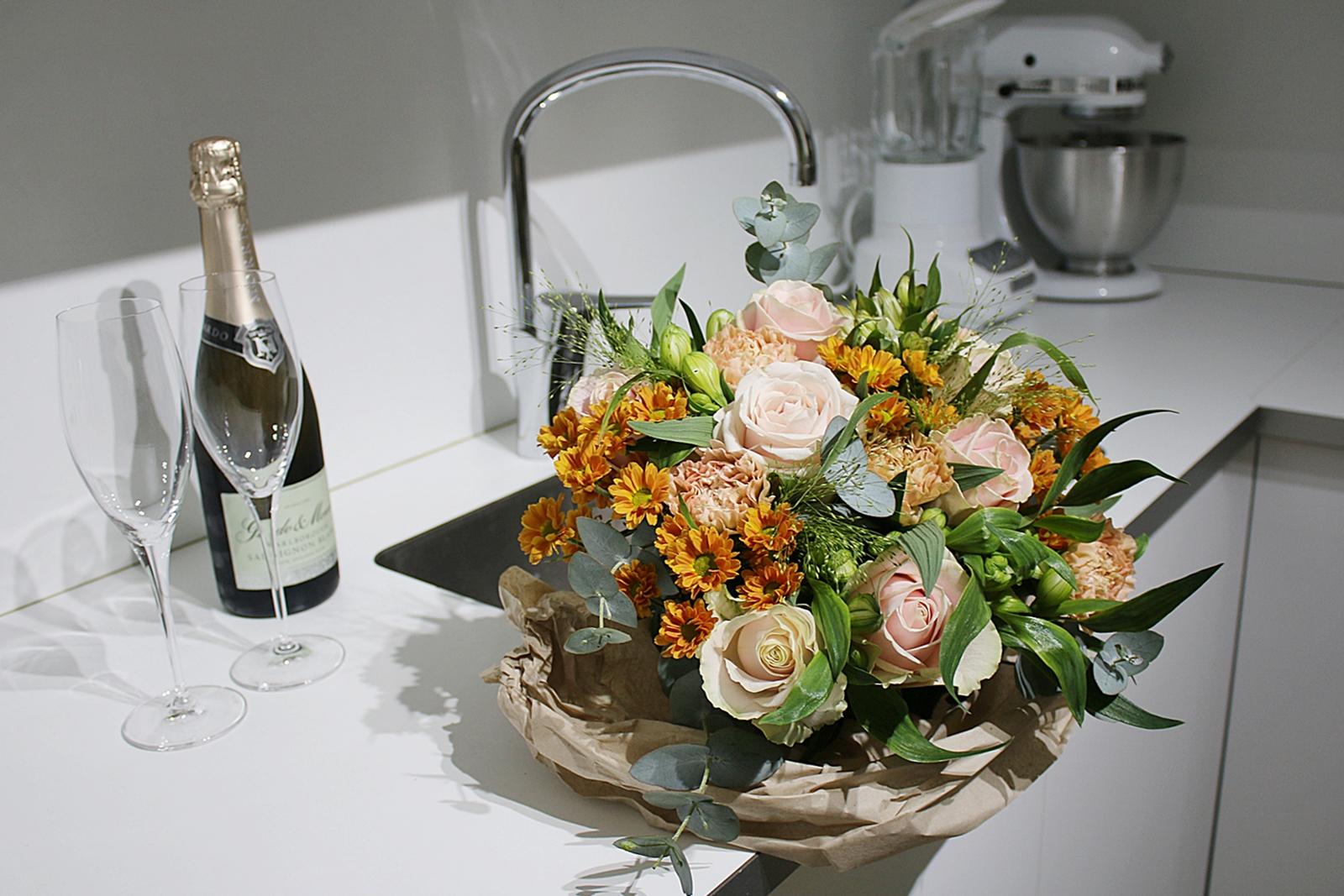 Buketten Storslagen i aprikost kom med Blomsterbud från Interflora