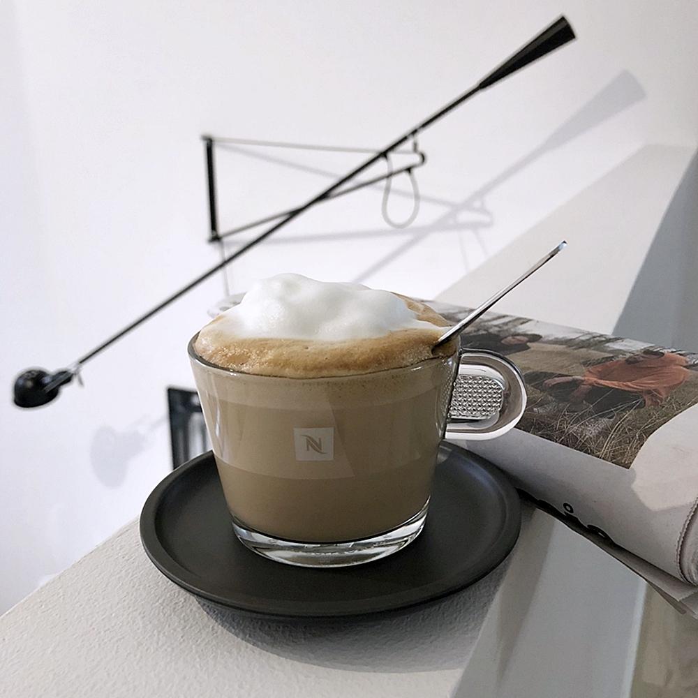 Godmorgon med en rykande färsk tidning och en kopp kaffe