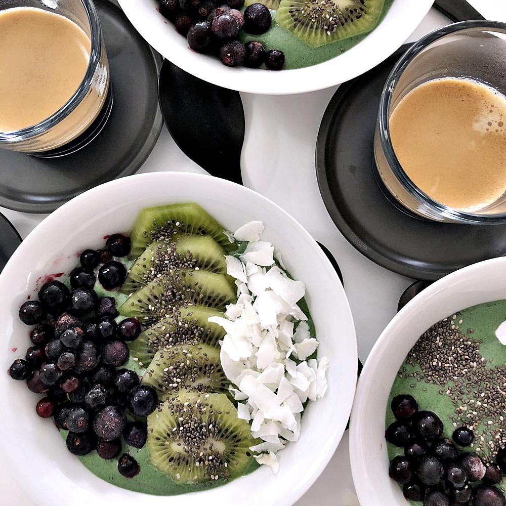 Nicecreame med spirulina och kokoschips, svarta vinbär och kiwi